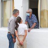 Los Reyes Felipe y Letizia hablando con un ciudadano desplazado por la erupción en La Palma