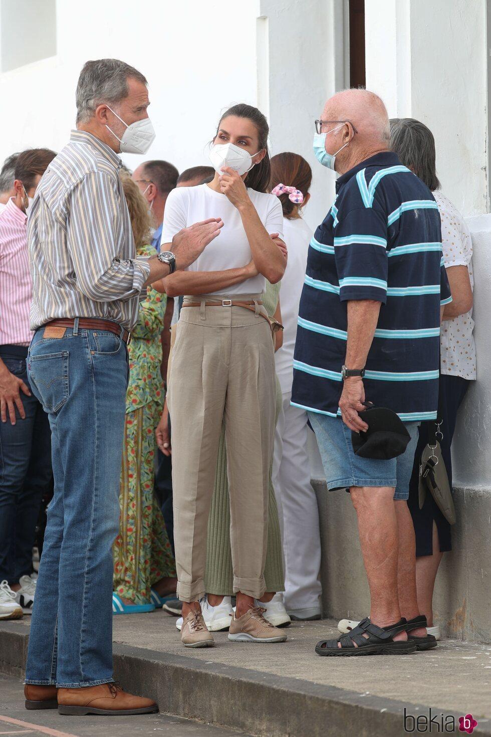 Los Reyes Felipe y Letizia hablando con dos ciudadanos desplazados por la erupción en La Palma