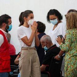 La Reina Letizia hablando con personas desplazadas por la erupción en La Palma