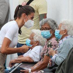 La Reina Letizia hablando con unas ciudadanas desplazadas por la erupción en La Palma