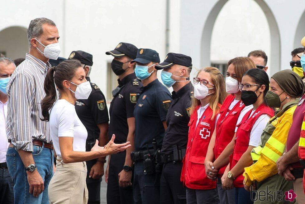 Los Reyes Felipe y Letizia hablando con policías y personal de emergencia en La Palma