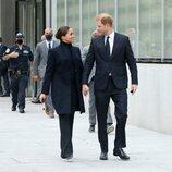 El Príncipe Harry y Meghan Markle mirándose con cariño en Nueva York