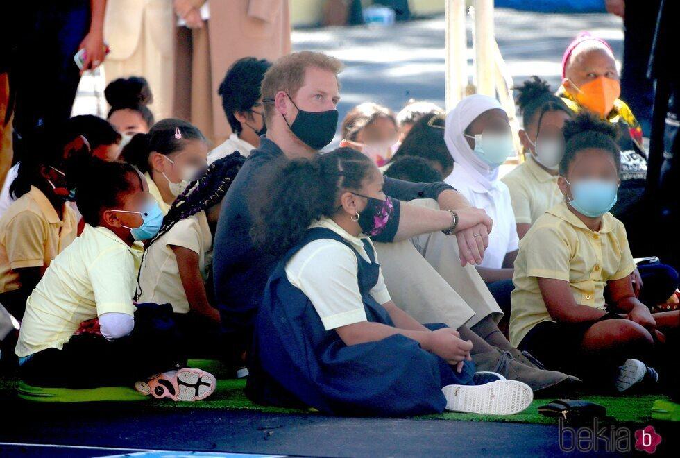 El Príncipe Harry rodeado de niños durante una visita a una escuela de Nueva York