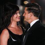 Katy Perry y Orlando Bloom se dedican una tierna mirada en la inauguración del Academy Museum of Motion Pictures