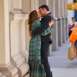 Jennifer Lopez y Ben Affleck dándose un beso