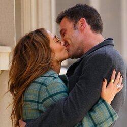 Jennifer Lopez y Ben Affleck besándose