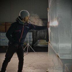Carlos Felipe de Suecia durante el diseño de la suite de un hotel de hielo