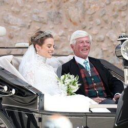 Lady Charlotte Lindesay-Bethune con su padre James Lindesay-Bethune en su boda con Jaime de Borbón-Dos Sicilias