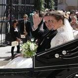 Jaime de Borbón-Dos Sicilias y Lady Charlotte Lindesay-Bethune en un coche de caballos tras su boda