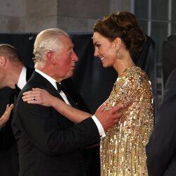 Kate Middleton, muy cariñosa con el Príncipe Carlos en el estreno de 'Sin tiempo para morir'