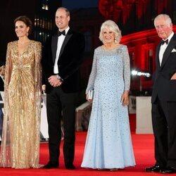El Príncipe Carlos y Camilla Parker y el Príncipe Guillermo y Kate Middleton en el estreno de 'Sin tiempo para morir'