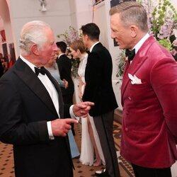 El Príncipe Carlos y Daniel Craig en el estreno de 'Sin tiempo para morir'
