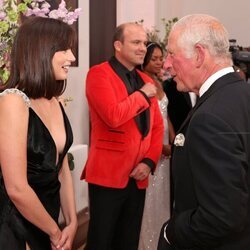 El Príncipe Carlos hablando con Ana de Armas en el estreno de 'Sin tiempo para morir'