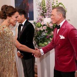 Kate Middleton saluda a Daniel Craig en el estreno de 'Sin tiempo para morir'