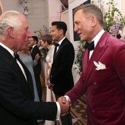 El Príncipe Carlos saluda a Daniel Craig en el estreno de 'Sin tiempo para morir'