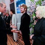 El Príncipe Guillermo habla con Finneas O'Connell y Billie Eilish en el estreno de 'Sin tiempo para morir'