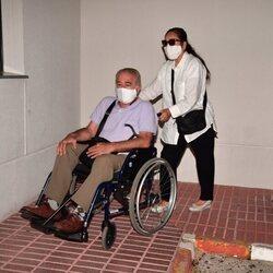 Bernardo Pantoja y su pareja saliendo del tanatorio tras la muerte de Ana Martín