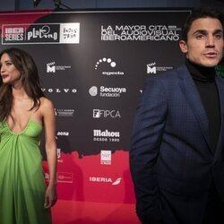 Álex González y María Pedraza hablando con la prensa en la presentación de la segunda temporada de 'Toy Boy'