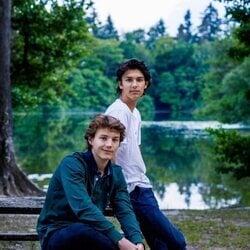 Nicolás y Félix de Dinamarca en un bosque