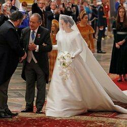 Rebecca Bettarini llega del brazo de su padre a su boda con Jorge Romanov