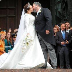 Jorge Romanov y Rebecca Bettarini dándose un beso tras su boda
