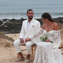 Anabel Pantoja y Omar Sánchez se cogen de las manos en su boda