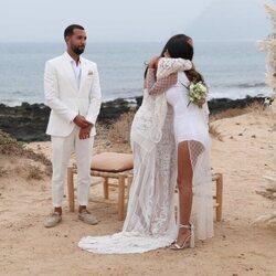 Isa Pantoja se abraza con Anabel Pantoja durante la boda