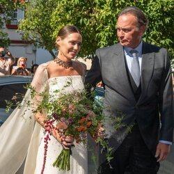Claudia Osborne llega cogida del brazo de Bertín Osborne a su boda