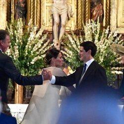 Bertín Osborne y José Entrecanales se saludan durante la boda