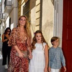 Alejandra Osborne con sus hijos en la boda de Claudia Osborne