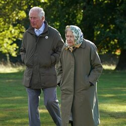 La Reina Isabel y el Príncipe Carlos en un acto para plantar árboles