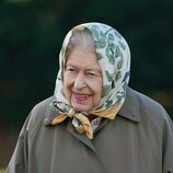 La Reina Isabel en un acto de plantar árboles