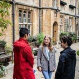 Isabel de Bélgica habla con dos chicos en el Lincoln College Oxford
