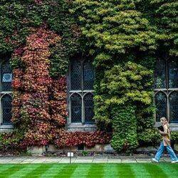 Isabel de Bélgica caminando por el Lincoln College Oxford