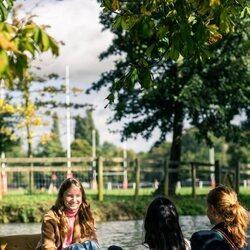 Isabel de Bélgica recorre los canales de Oxford con dos amigas