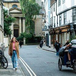 Isabel de Bélgica dando un paseo por Oxford, donde estudia en la universidad