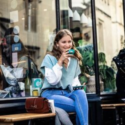 Isabel de Bélgica tomando un café en Oxford, donde estudia en la universidad