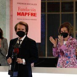 La Reina Sofía tras galardonar a Raphael en los Premios Sociales Fundación MAPFRE 2020