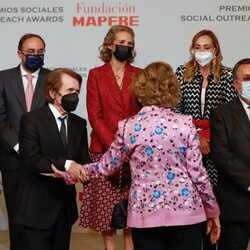 La Reina Sofía y Raphael, muy cómplices en presencia de la Infanta Elena en la entrega de los Premios Sociales Fundación MAPFRE 2020