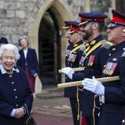 La Reina Isabel con el Regimiento Real de Artillería Canadiense en Windsor Castle