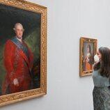 La Reina Letizia ante el retrato de Carlos IV en la exposición 'Goya' en Basilea