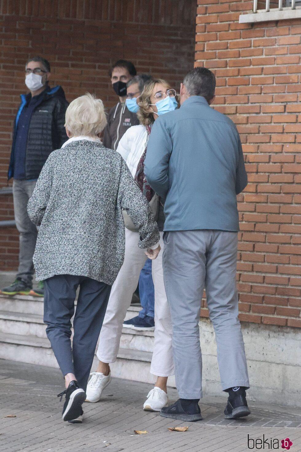 Iñaki Urdangarin y su madre Claire Lieabert saludan a Lucía Urdangarin en Vitoria