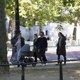 Beatriz de York y Edoardo Mapelli Mozzi paseando con su hija Sienna