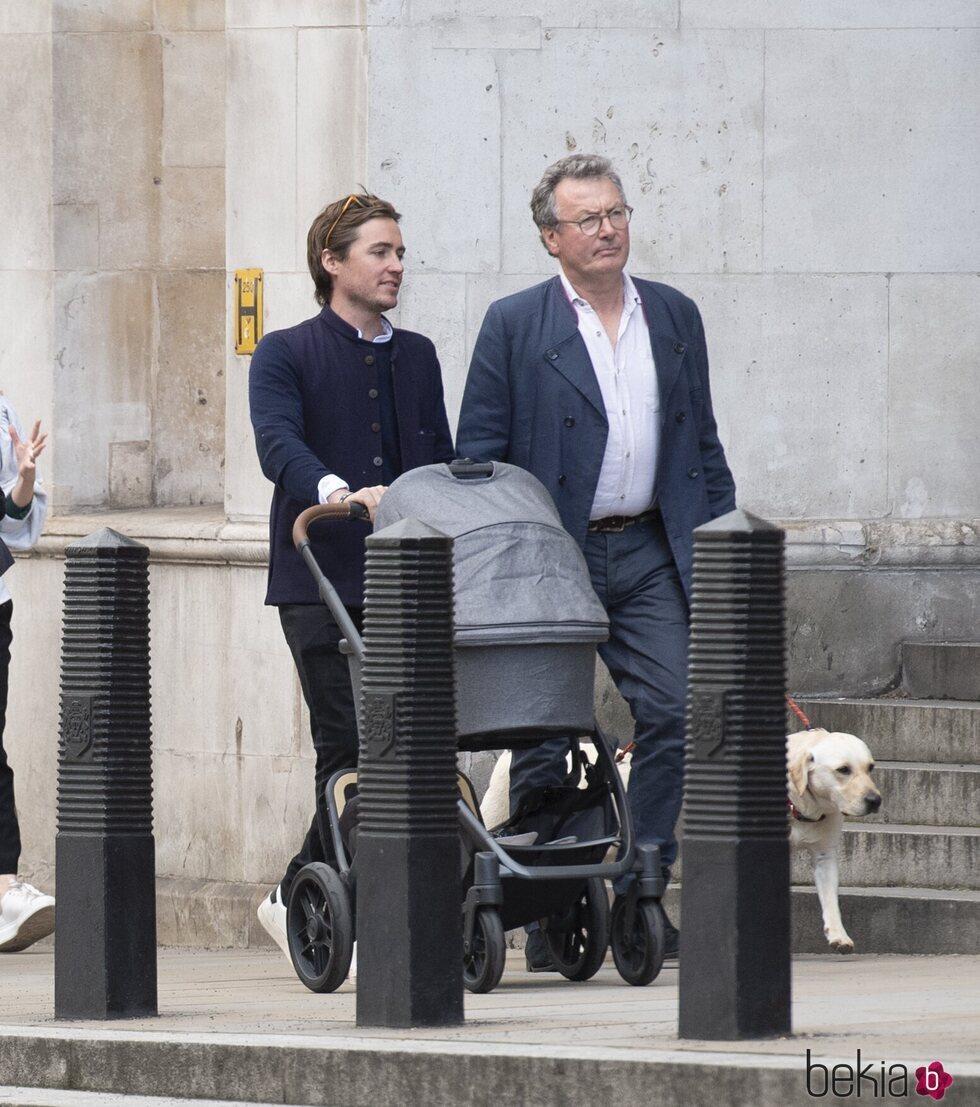 Edoardo Mapelli Mozzi con su hija Sienna y su padrastro David Williams-Ellis en Londres