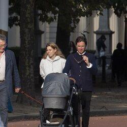 Beatriz de York y Edoardo Mapelli Mozzi en uno de sus primeros paseos con su hija Sienna Elizabeth