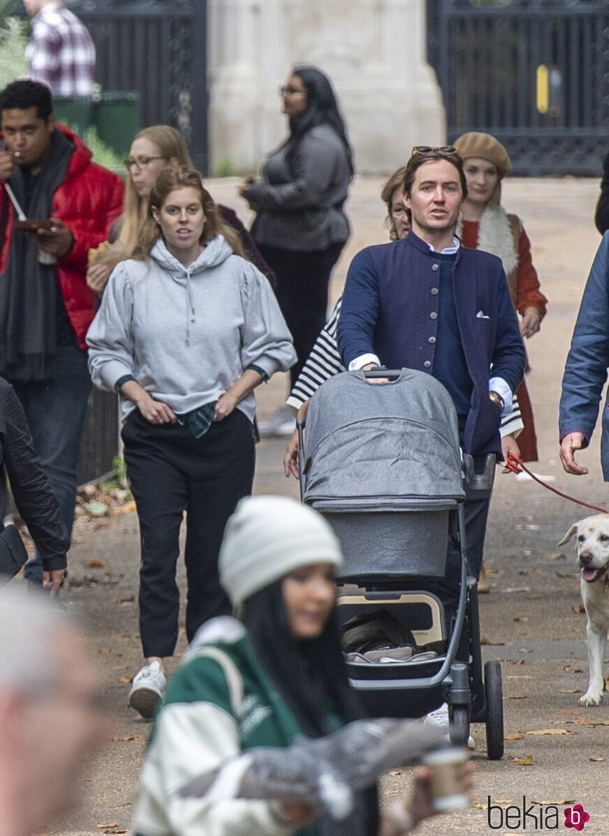 Beatriz de York y Edoardo Mapelli Mozzi con su hija Sienna en sus primeros paseos por Londres