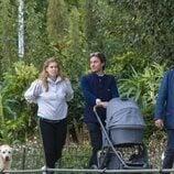 Beatriz de York y Edoardo Mapelli Mozzi con su hija Sienna en un parque de Londres