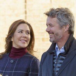Mary de Dinamarca mira con cariño a Federico de Dinamarca en Haslev