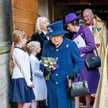 La Reina Isabel con bastón en un acto en la Abadía de Westminster