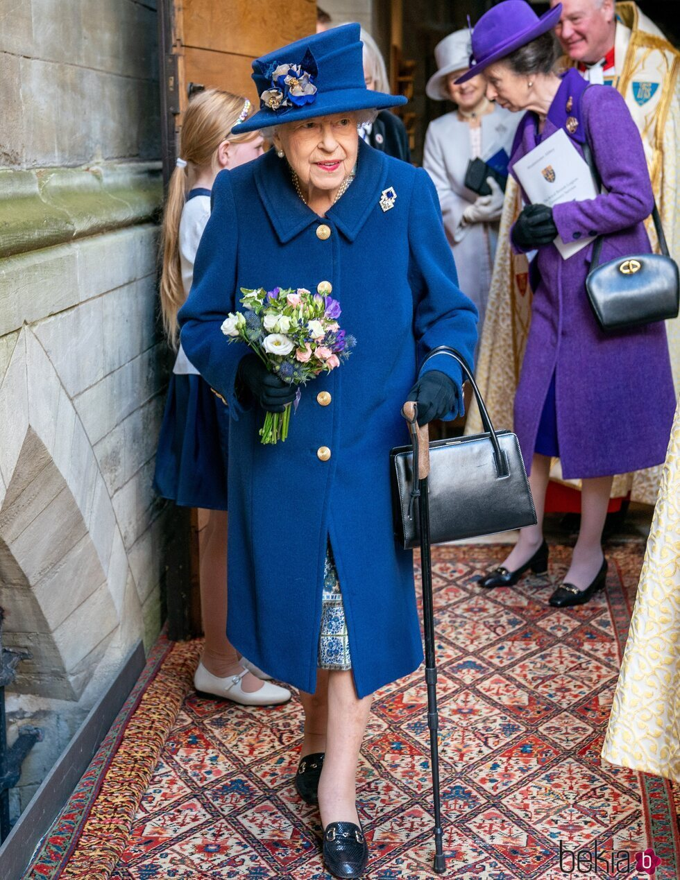 La Reina Isabel con bastón en el centenario de la Royal British Legion